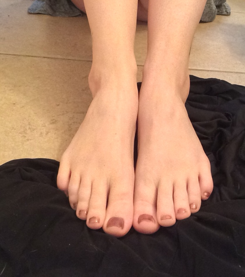 let you dowload 15 pictures of my feet